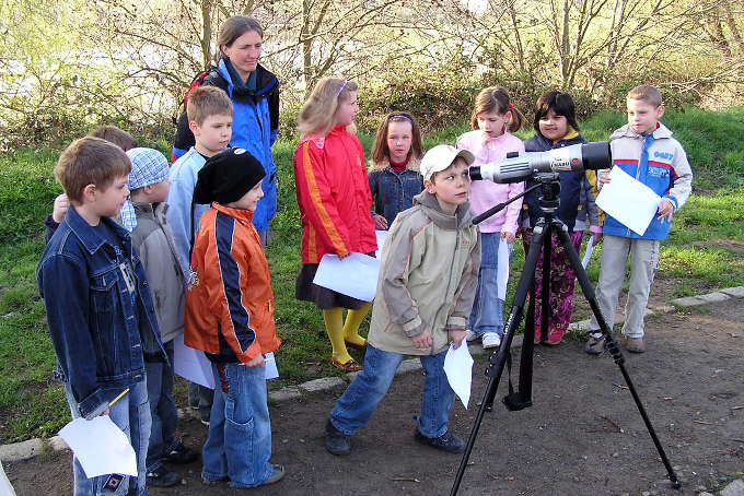 Kindergruppe beobachtet Vögel - Foto: NABU Nordvorpommern / Ralf Schmidt