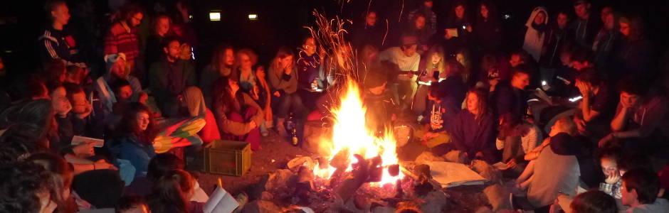 eine große Singrunde am Lagerfeuer 2016 - Foto: NAJU BW / Q. Long